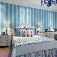 Полосатые обои в спальной комнате в стиле прованс