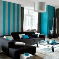 Серо-голубые полосы на обоях в гостиной