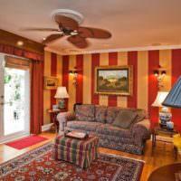 Красные и желтые полосы на обоях в гостиной