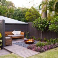 Оформление уголка для отдыха в глубине сада