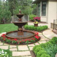 Красивый фонтан перед крыльцом частного дома