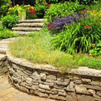 Плавная линия подпорной стенки из камня