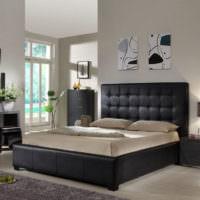 Черная кровать и серо-белые стены в спальне
