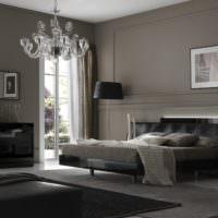 Серые крашенные стены в комнате с черной кроватью