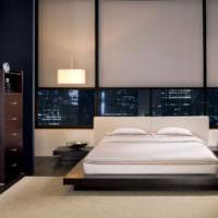 Окно за изголовьем двухспальной кровати