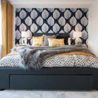 Черная кровать и светло-серые стены спальни