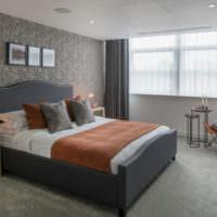 Спальня в серых тонах и оранжевое покрывало на кровати