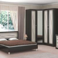 Светлый интерьер спальни с темной мебелью