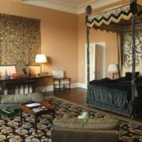 Спальня с темной кроватью в восточном стиле