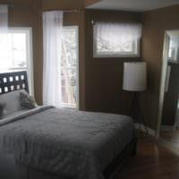 Серое покрывало и темно-коричневые стены спальни