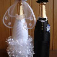 Платье невесты и костюм жениха на бутылках шампанского