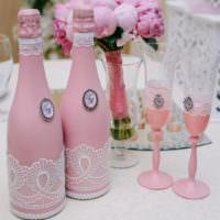 Кружевное оформление свадебных бутылок в розовых тонах