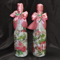 Розовые ленты на свадебных бутылках