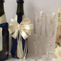 Бант из кремовой атласной ленты на бутылке шампанского
