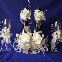 Белые розы в декоре шампанского для свадьбы