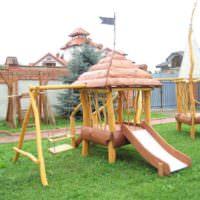 Детская площадка из дерева на дачном участке