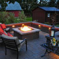 Уютное местечко для вечернего времяпровождения около живого огня