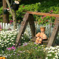 Декоративные качели в дизайне садового участка