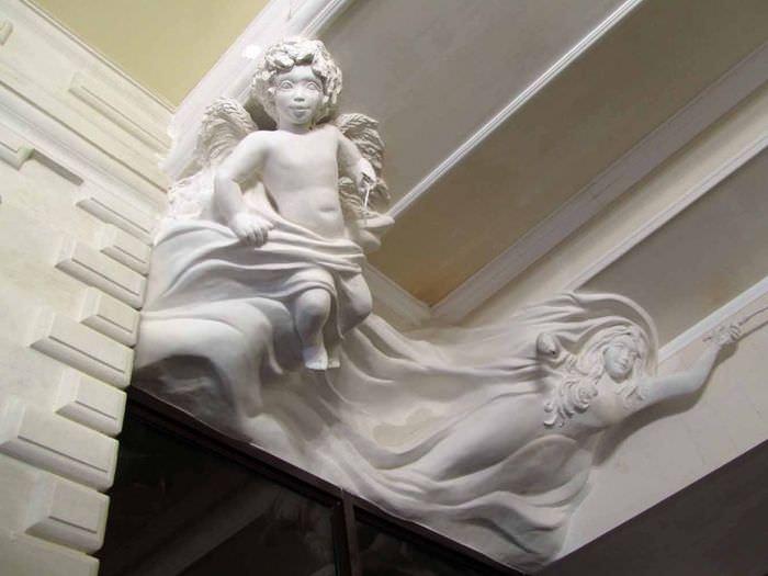 Оформление потолка гостиной лепными украшениями