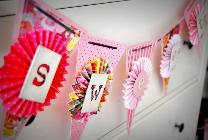 Бумажная гирлянда на комоде в детской комнате