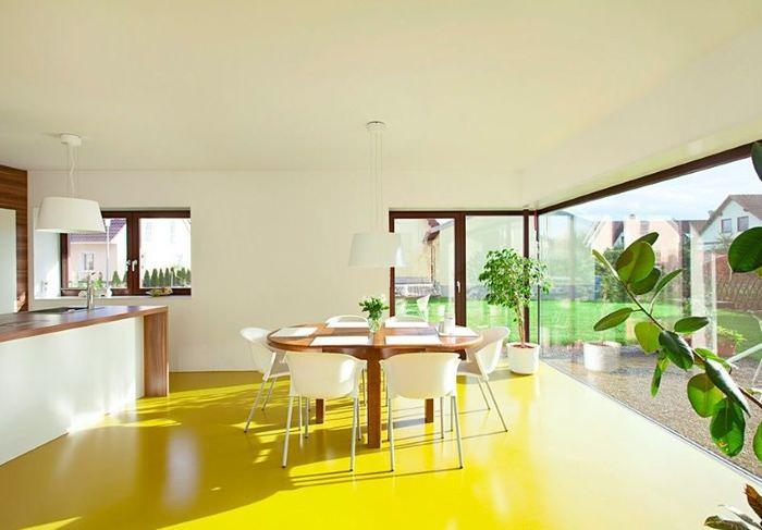 Желтый линолеум на полу кухни-гостиной
