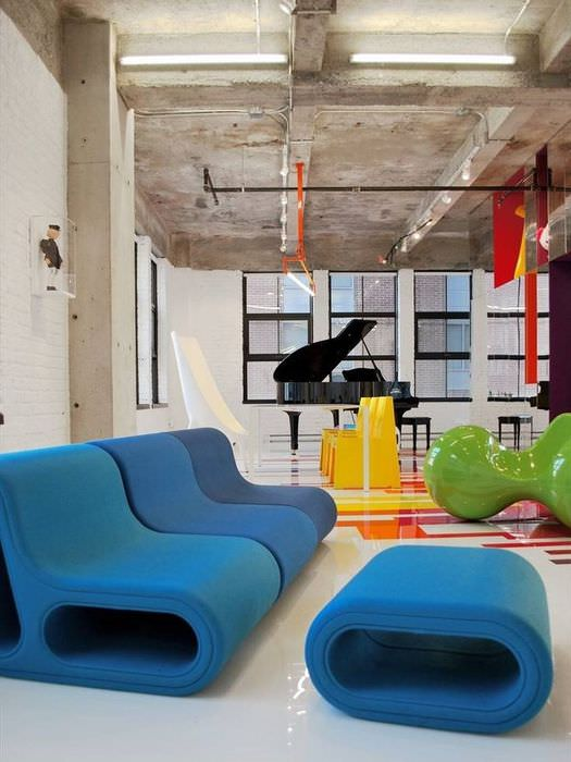 Бетонный потолок и необычная мягкая мебель в гостиной в стиле авангарда