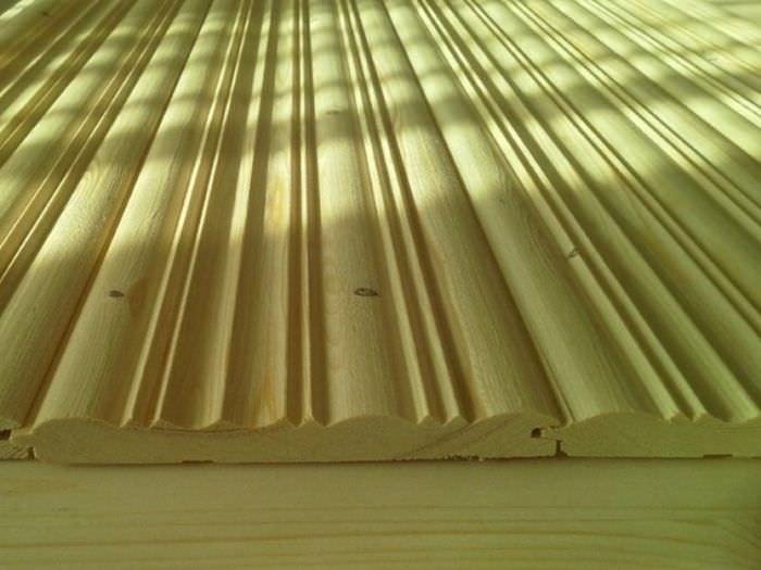 Деревянные обои или гусварблок с профилированной поверхностью