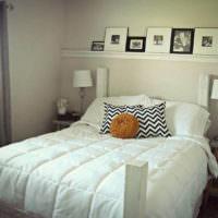 Полка с картинами над изголовьем кровати