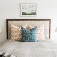 Три пестрые подушки на кровати в спальне