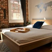 Карта мира над изголовьем кровати