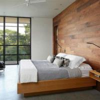 Деревянные панели в интерьере спальни загородного дома