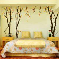 Силуэты деревьев на обоях в спальне
