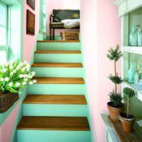 Лестница с мятными ступеньками в частном доме