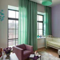 Мятные шторы и сиреневое кресло в комнате загородного дома