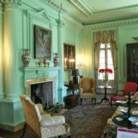 Стены в гостиной мятного цвета и гипсовая лепнина
