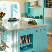 Кухонный остров мятного цвета в загородном доме