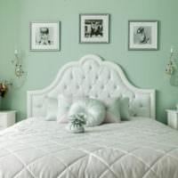 Стена мятного цвета за изголовьем кровати