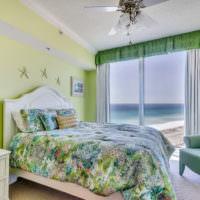 Светлая спальня панорамным окном в мятных оттенках