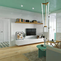 Потолок мятного цвета и деревянный пол