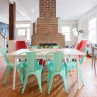 Кирпичный камин и стулья мятного цвета