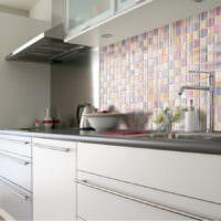 Облицовка кухонного фартука мелкой мозаикой