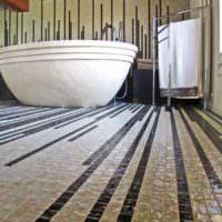 Узкие линии в мозаике ванной комнаты