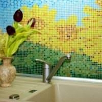 Подсолнухи из керамической мозаики над раковиной