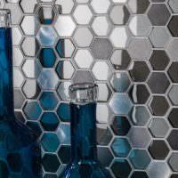 Пчелиные соты из мозаики и стеклянные бутылки