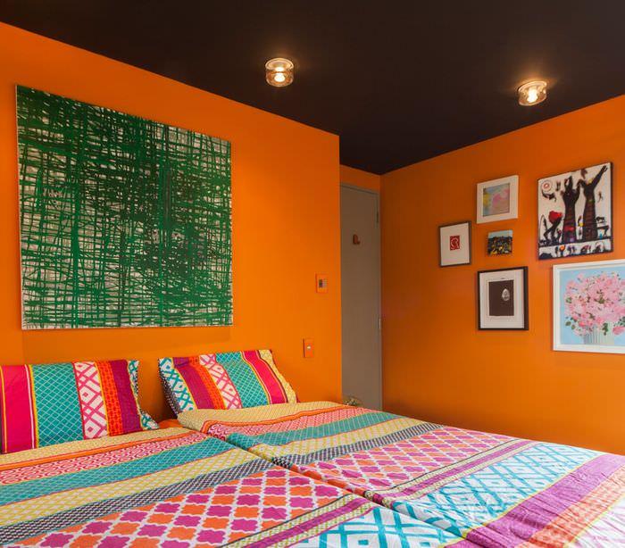 Оранжевый и темно-коричневый цвета в интерьер спальни для молодых