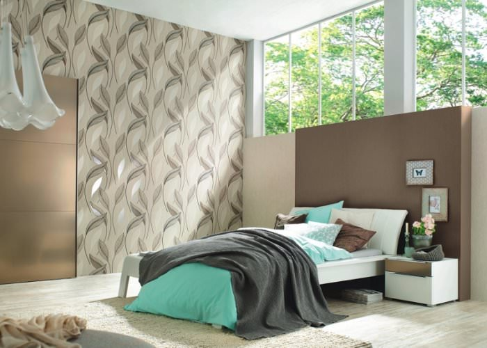 Дизайн спальни в серых тонах с окном над кроватью