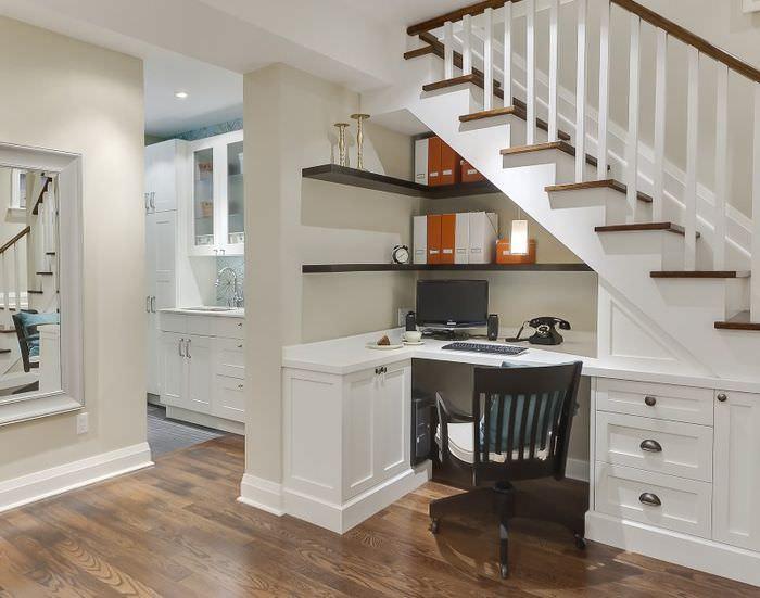 рабочий кабинет под лестницей в гостиной частного дома