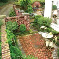 Уютная площадка для отдыха во дворе частного дома