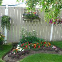 Украшение деревянного забора цветами