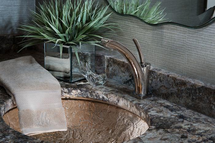 Мойка из натурального камня в ванной комнате
